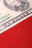 Amerikanische Dollar auf amerikanischer Flagge Lizenzfreies Stockfoto