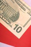 Amerikanische Dollar auf amerikanischer Flagge Lizenzfreie Stockfotos