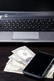 Amerikanische Dollar Geld und Laptop-Computer Stockfotografie