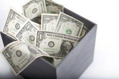 Amerikanische Dollar im Kasten Stockbild