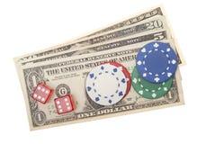 Amerikanische Dollar mit Schürhakenchips und Würfeln Stockbild