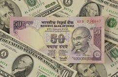 Amerikanische Dollar umgebende Banknote der indischen Rupie stockfotos
