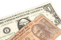 Amerikanische Dollar und Banknote der indischen Rupie Lizenzfreie Stockbilder