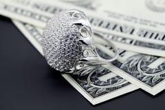 Amerikanische Dollar und Schmucksachediamantring Stockbilder