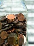 Amerikanische Dollar-Währungs-Münzen in den Glas-Pennys-Nickel-Viertel-Groschen Stockbilder