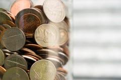 Amerikanische Dollar-Währungs-Münzen in den Glas-Pennys-Nickel-Viertel-Groschen Stockfoto