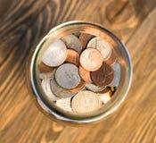 Amerikanische Dollar-Währungs-Münzen in den Glas-Pennys-Nickel-Viertel-Groschen Lizenzfreies Stockbild