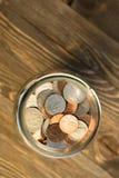 Amerikanische Dollar-Währungs-Münzen in den Glas-Pennys-Nickel-Viertel-Groschen Stockfotografie