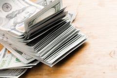 Amerikanische Dollarbanknoten der Nahaufnahme auf Holztisch lizenzfreie stockbilder
