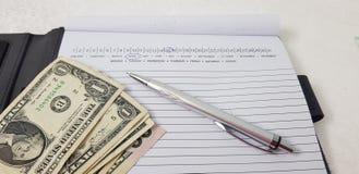 Amerikanische Dollarscheine legen auf offenen Papierordner stockfoto