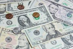 Amerikanische Dollarscheine mit Münzen Lizenzfreies Stockbild