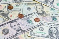 Amerikanische Dollarscheine mit Münzen Lizenzfreie Stockfotografie