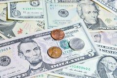 Amerikanische Dollarscheine mit Münzen Lizenzfreies Stockfoto