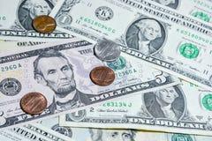 Amerikanische Dollarscheine mit Münzen Stockbilder