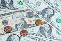 Amerikanische Dollarscheine mit Münzen Stockfotos