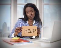 Amerikanische Ethnie des Schwarzafrikaners ermüdete die frustrierte Frau, die im Druck arbeitet, der um Hilfe bittet lizenzfreie stockfotografie