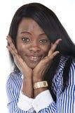 Amerikanische Ethniefrau des jungen schönen Schwarzafrikaners, die das glückliche schauende Kameralächeln aufwirft stockbild