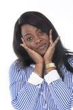 Amerikanische Ethniefrau des jungen schönen Schwarzafrikaners, die das glückliche schauende Kameralächeln aufwirft lizenzfreies stockbild