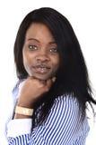 Amerikanische Ethniefrau des jungen schönen Schwarzafrikaners, die das glückliche schauende Kameralächeln aufwirft Lizenzfreies Stockfoto