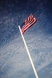 Amerikanische Flagge über blauem Himmel Lizenzfreie Stockfotografie