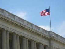 Amerikanische Flagge über Gebäude Stockbild