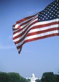 Amerikanische Flagge über US-Kapitol Stockfotos