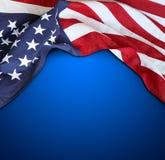 Amerikanische Flagge auf Blau Stockbild