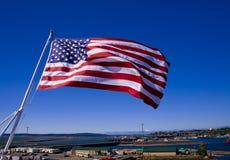 Amerikanische Flagge auf einem Träger stockbild
