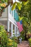 Amerikanische Flagge auf Grün Fensterläden geschlossenem Haus Stockfotografie