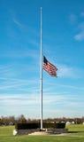 Amerikanische Flagge auf Halbmast Stockbild