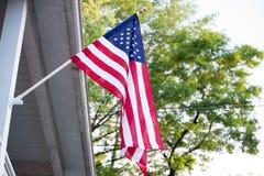 Amerikanische Flagge auf Haus Stockbilder