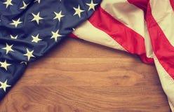 Amerikanische Flagge auf Walnussholz Stockbild
