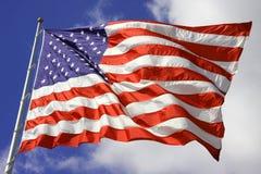Amerikanische Flagge brennt im Wind durch Stockbild