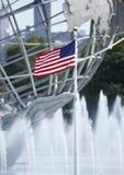 Amerikanische Flagge in der Front von New- Yorkwelt 1964 s angemessenes Unisphere Lizenzfreie Stockbilder