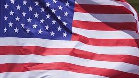 Amerikanische Flagge, die außerhalb des Botschaftsgebäudes, nationales Sonderzeichen, Regierung wellenartig bewegt stock video footage
