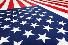 Amerikanische Flagge, die auf Flachheit legt und vorwärts geht Lizenzfreie Stockbilder