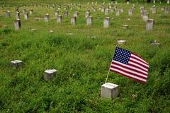 Amerikanische Flagge, die Bürgerkrieg-Grabstein markiert Lizenzfreie Stockbilder
