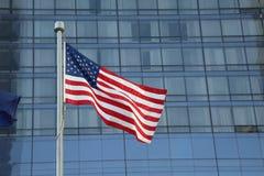Amerikanische Flagge, die in das Stadtzentrum einer bedeutenden Stadt wellenartig bewegt stockfoto