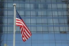 Amerikanische Flagge, die in das Stadtzentrum einer bedeutenden Stadt wellenartig bewegt stockbilder
