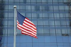 Amerikanische Flagge, die in das Stadtzentrum einer bedeutenden Stadt wellenartig bewegt lizenzfreies stockfoto