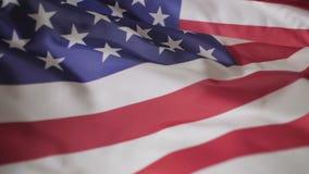 Amerikanische Flagge, die in den Wind, Zeitlupe wellenartig bewegt stock footage