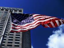 Amerikanische Flagge, die dranatically in den Wind wellenartig bewegt stockfoto