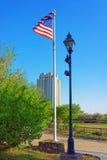 Amerikanische Flagge, die durch den Wind in der Allee von Philadelphia wellenartig bewegt Lizenzfreie Stockfotos