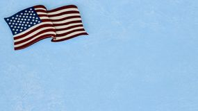 Amerikanische Flagge, die flach auf einen blauen Hintergrund legt stockbilder