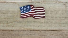Amerikanische Flagge, die flach auf einen zurückgeforderten hölzernen Hintergrund legt lizenzfreie stockbilder