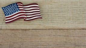 Amerikanische Flagge, die flach auf einen zurückgeforderten hölzernen Hintergrund legt stockbild