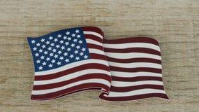 Amerikanische Flagge, die flach auf einen zurückgeforderten hölzernen Hintergrund legt lizenzfreie stockfotografie