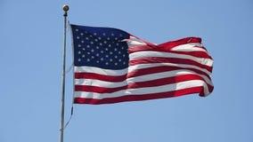 Amerikanische Flagge, die in helles Sonnenlicht wellenartig bewegt stock video footage