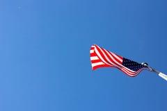Amerikanische Flagge, die im Wind durchbrennt Stockbild