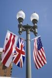 Amerikanische Flagge, die mit Verband Jack British Flag nahe bei dem Weißen Haus, Washington hängt Stockfotos